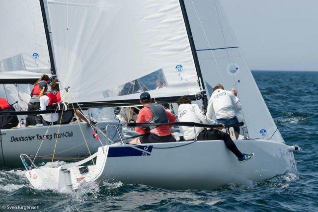 Mit den Deutschen Meistern vom Touring Yacht Club um die Luvtonne. © Sven Jürgensen