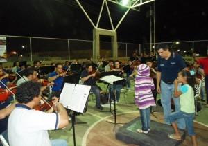 Nios-de-la-comunidad-dirigieron-a-la-Orquesta-300x211
