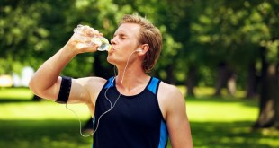 Foto | Thirsty athlete drinking water after workout