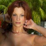 Lekker ding, rood haar, naakt bij het zwembad