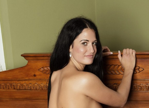 Mooie Nicole, bloot in bed
