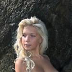 Blonde Babe, grote jetsers, naakt in de zee