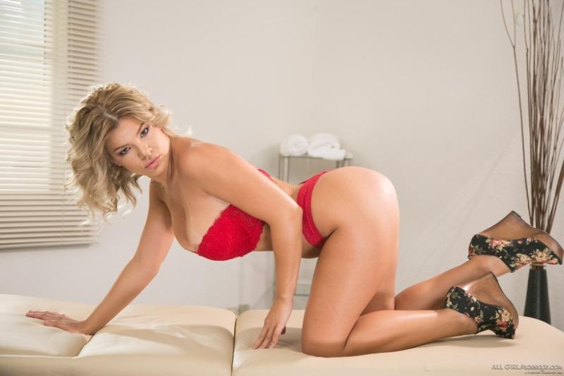 videos orale seks in de auto met een sexy blonde vrouw