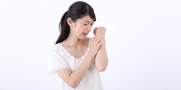 """夏場の冷たい刺激にご用心!""""寒冷蕁麻疹""""の原因と対処法"""
