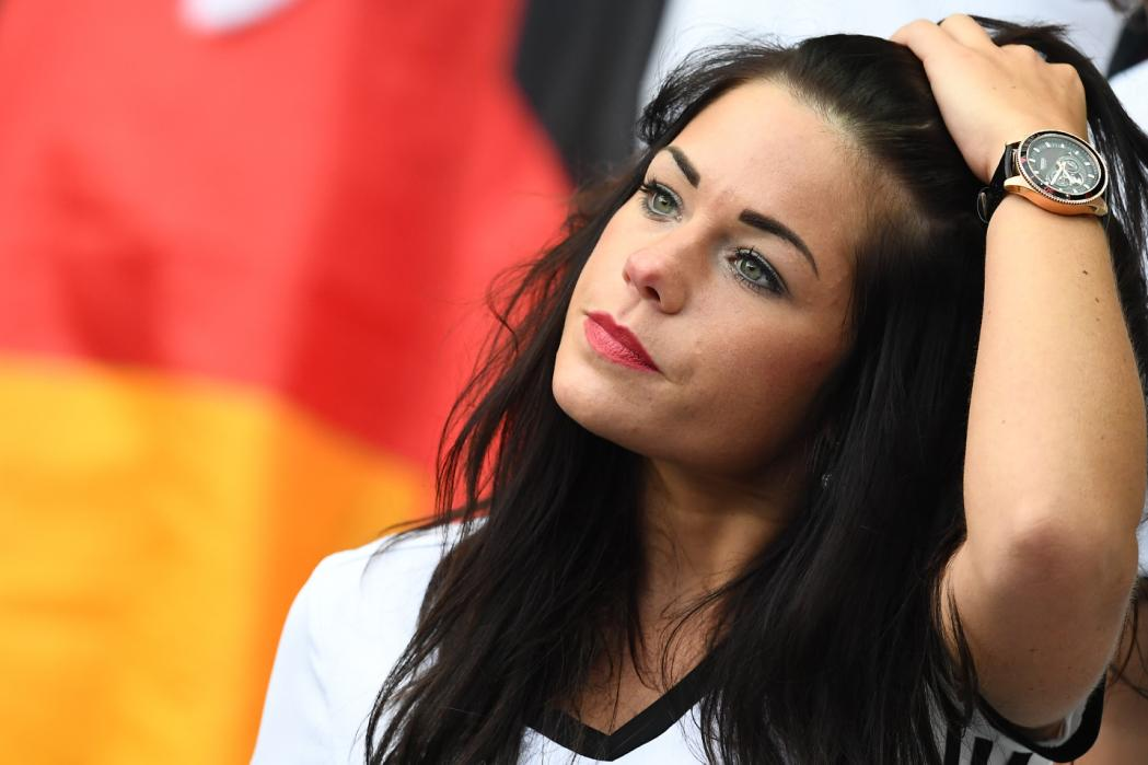 A Germany supporter waits for the start of the Euro 2016 group C football match between Germany and Poland at the Stade de France stadium in Saint-Denis near Paris on June 16, 2016. / AFP PHOTO / FRANCK FIFE
