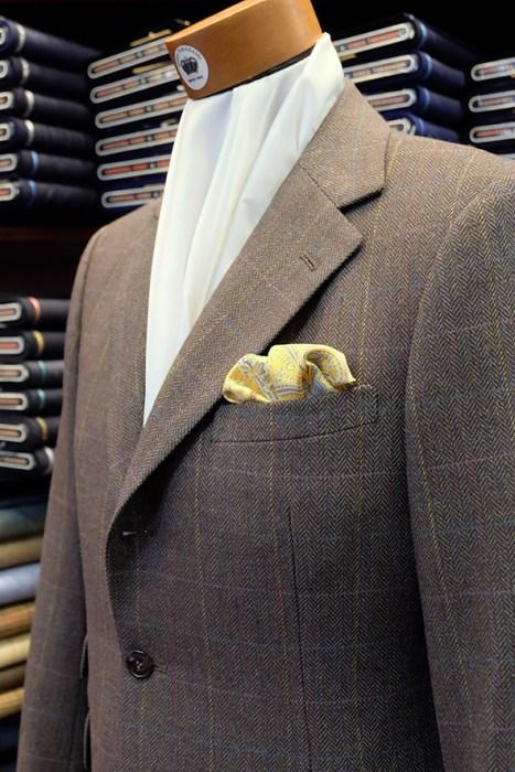 セットアップスタイルのジャケットに、「パフ」という仕方でポケットチーフを挿した例。