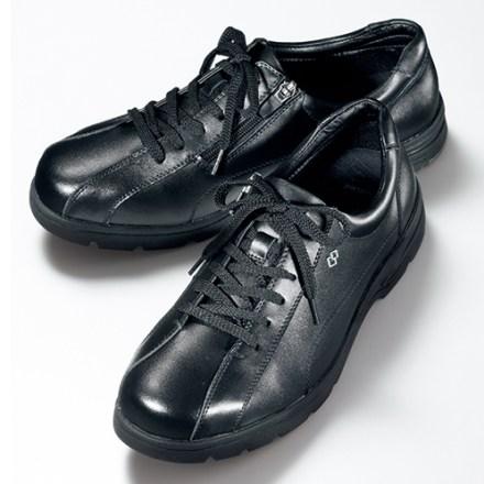 爪先が幅広になり、楽な履き心地。牛革には撥水加工が施され、少々の雨であれば水を弾く。サイドファスナーが付くので、靴ひもを締めたままでも脱ぎ履きがしやすい。