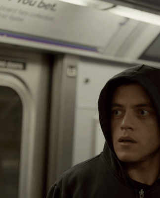 Mr. Robot: Elliot com expressão de surpresa, no metrô