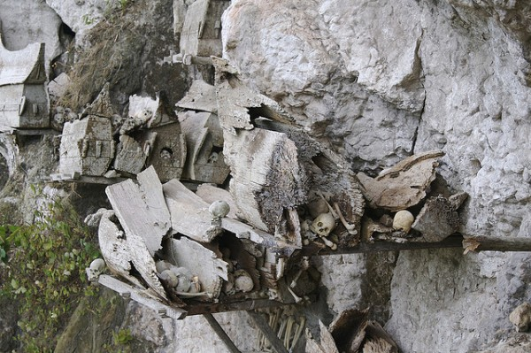 Los ataúdes se sujetan sobre troncos