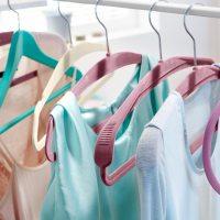 Organizacja szafy: ulubione wieszaki na ubrania