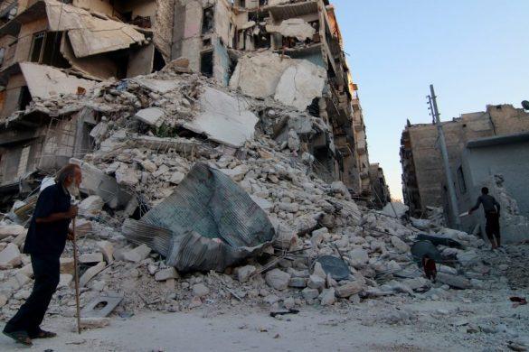 Beşşar Esed rejimi ve müttefiklerinin Suriye'nin Halep kentine yönelik saldırıları aralıksız devam ederken, savaşın mağdurlarının yaşadığı dramatik ve yürek burkucu olaylara her gün bir yenisi daha ekleniyor. Halepli Ebu Hasan, Esed rejimi ve destekçilerinin düzenlediği saldırıların kurbanlarından yalnızca biri. Halep'in Tarık el-Bab semtindeki evi rejim ve müttefiklerinin 23 Eylül'deki bombardımanına maruz kalan 60 yaşındaki Ebu Hasan saldırıda iki oğlunu kaybetti, iki kızı ve eşi de yaralı olarak kurtarıldı. Saldırı gününden beri her gün evinin enkazına gelen Ebu Hasan, saatlerce evin yıkıntıları arasında oturuyor ve gerekmediği sürece kimseyle konuşmuyor. AA muhabirine konuşan Ebu Hasan, Suriye devriminden önce ticaretle uğraştığını belirterek, devrimin başlamasıyla ticareti bırakıp, oturduğu apartmanın altında açtığı gıda dükkanıyla geçimini sağlamaya başladığını anlattı.  ( Jawad Al Rifai - Anadolu Ajansı )