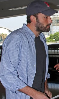 gallery_enlarged-benaffleck-lax-photos-08262008-07