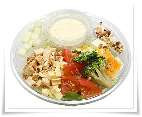 セブンイレブンのダイエット中にもおすすめな朝食商品ランキング!スパイシーチキンと玉子のチョップドサラダ