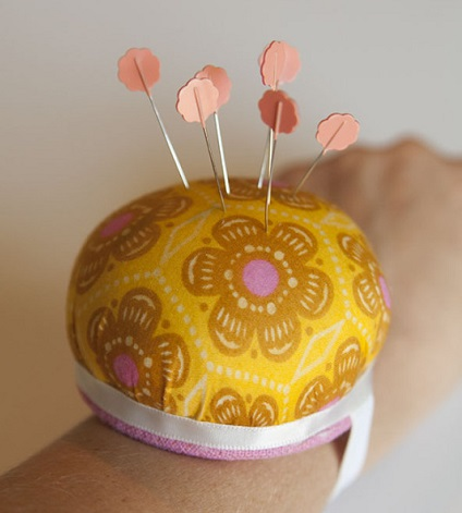 Tutorial: Wrist pincushion on an elastic strap