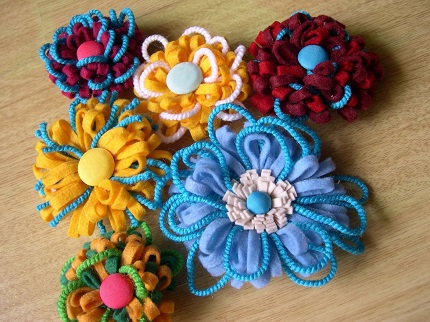 Tutorial: Felt and yarn loopy flowers