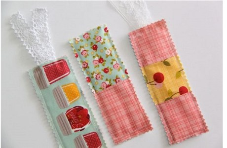 Tutorial: Scrapbusting fabric bookmarks