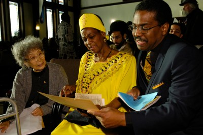 Legendary freedom fighter talks with Mabel and John Williams in Oakland in 2007. – Photo: Scott Braley