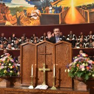 Covered California holds Big Sunday events on Jan. 17 in hundreds of churches throughout the state to encourage African Americans to sign up for health insurance before the Jan. 31 deadline. Peter V. Lee, executive director of Covered California, addresses the congregation at First African Methodist Episcopal Church (FAME) in Los Angeles as guest of Pastor Edgar Boyd (center, sitting). – Photo: Ian Foxx