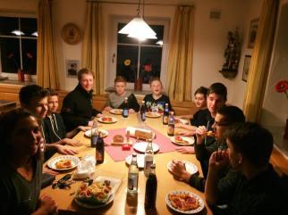 Stillhalten beim Pizzaessen der Jugend!