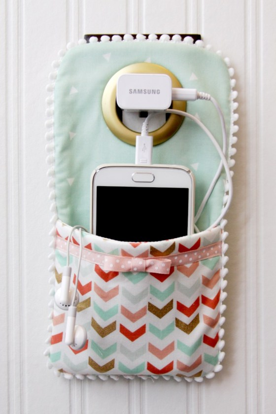 Tự làm túi treo điện thoại khi cắm sạc