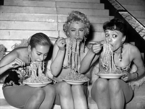 雖不是全裸,50 年代的紐約少女穿得相當清涼,大吃義大利麵!(image credit: Business Insider/Associate Press)