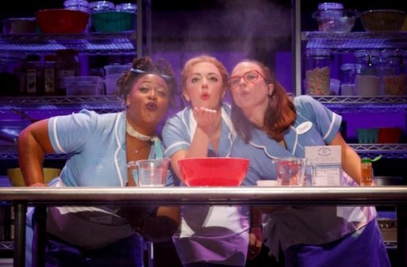 """音樂劇 """"Waitress"""" 劇照,主角 Jenna 是個做派高手。除了透過自己做的派傳遞感情,她還要靠自己的手藝改變生活!(Image Credit: """"Waitress""""/Segerstrom Center)"""