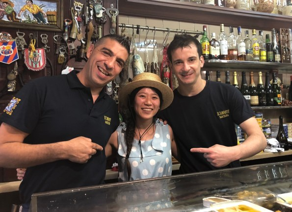 Sherry 主編跟小酒館的侍者們相見歡(攝於巴賽隆納・西班牙,2019年七月)