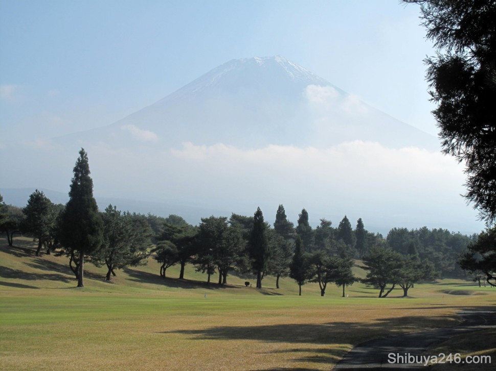 Open fairways, blue skies with a set of clouds just hovering below Fuji-san. It actually got quite hot during the day, around 20 celsius