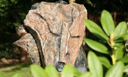 Titel: My Cildren and Me Künstler: Gerald Takawira Stein: Fruit Serpentine Hoch: 86cm Breit: 66cm