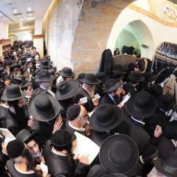 """המונים בעצרת התפילה עבור הגה""""צ הרב אליעזר ברלנד שליט""""א"""