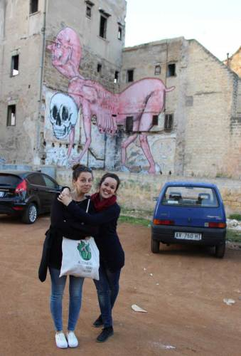 Virginia et Enrica d'Alternative Tours devant une fresque d'Ema Jons