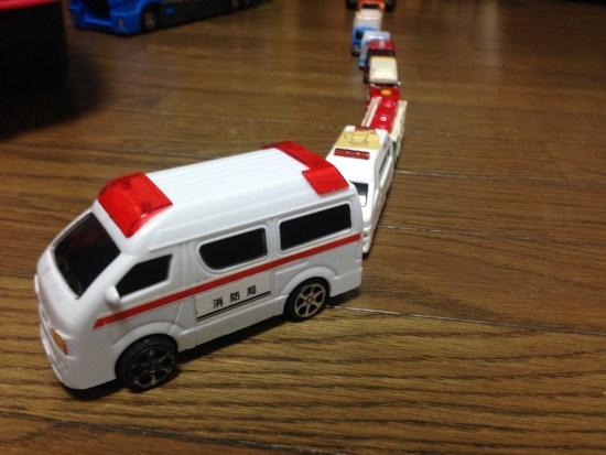 おもちゃの車の列