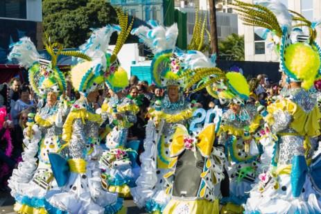 Карнавал на Тенерифе — мужчины в карнавальных костюмах