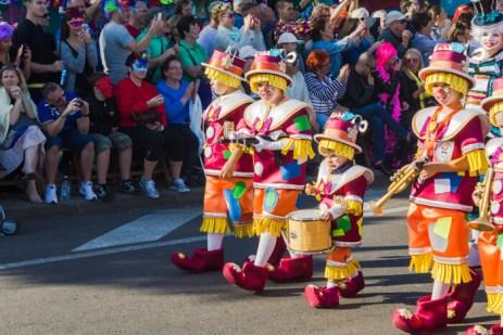 Карнавал на Тенерифе — дети в костюмах клоунов