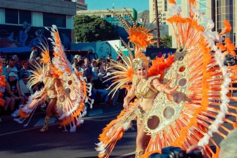 Карнавал на Тенерифе — девушки в оранжевых костюмах