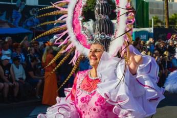 Главное шествие карнавала на Тенерифе в 2016 году — дама в карнавальном костюме