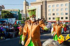 Главное шествие карнавала на Тенерифе в 2016 году — участники шествия приветствуют зрителей