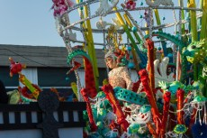 Главное шествие карнавала на Тенерифе в 2016 году — участница детского конкурса королевы карнавала в красно-зеленом