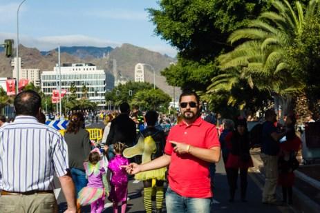 Главное шествие карнавала на Тенерифе в 2016 году — Павел идет к месту главного шествия