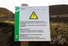 Табличка с предупреждением у вулкана Чиньеро
