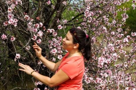 Галина с цветущим миндалём на Тенерифе