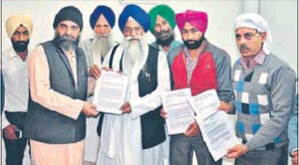 Environmentalists submitting a meorandum to Akal Takht jathedar Giani Gurbachan Singh in Amritsar