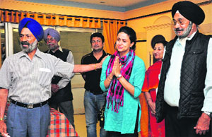a AP candidate Gul Panag gets emotional while seeking support from members of the Veteran Sikh Regiment Officers Association at the DSOI, Chandigarh