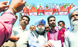 HS Phoolka, Aam Aadmi Party candidate from the Ludhiana Lok Sabha seat, interacts with farmers at the Kisan Mela.