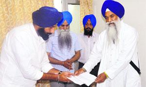Bikram Majithia tenders an apology before Akal Takht Jathedar Giani Gurbachan Singh in Amritsar