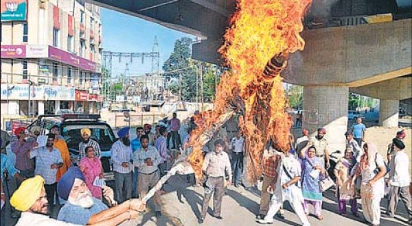 Victims of the 1984 genocide burning an effigy of Congress leader Captain Amarinder Singh in Amritsar on Sunday.