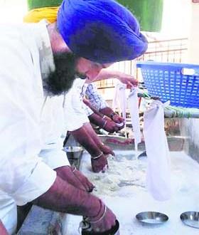 Picture of humility Revenue Minister Bikram Majithia at Takht Sri Keshgarh Sahib