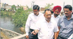 SK Sandhu (centre), principal secretary to CM, inspecting Buddha Nullah on Tajpur Road in Ludhiana on Sunday.