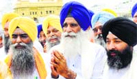 HSGMC president Jagdish Singh Jhinda (C) along with his team members pays obeisance at the Golden Temple