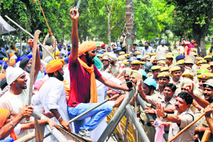 HSGMC supporters try to forcibly take control of gurdwara , police resort to lathichar